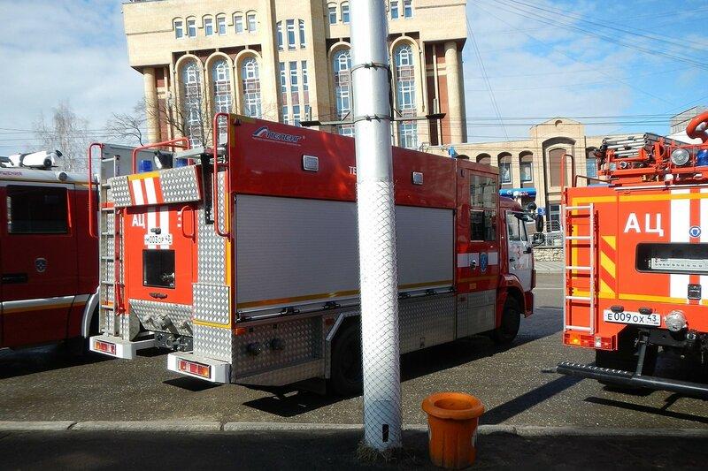 Пожарная автоцистерна на ул. К.Маркса перед горадминистрацией в Кирове накануне автопробега 25 апреля 2014 г.
