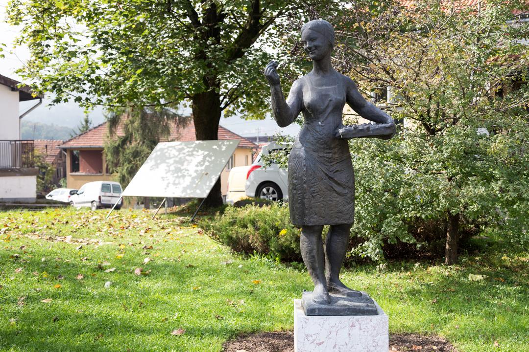 Памятник сборщице малины