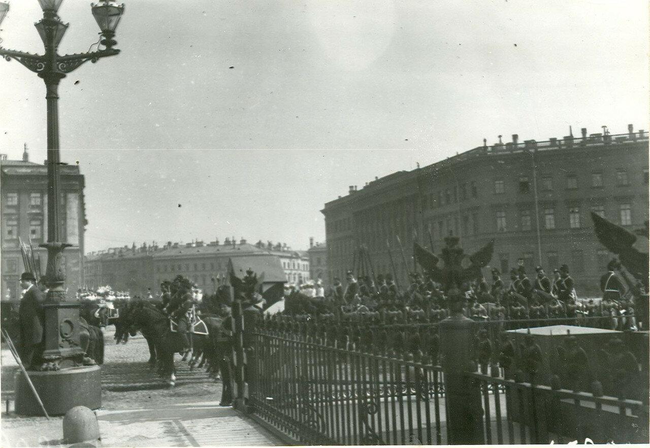 Гвардейская кавалерия на Дворцовой площади во время приема императором Николаем II членов Городского совета и депутатов Первой Государственной думы