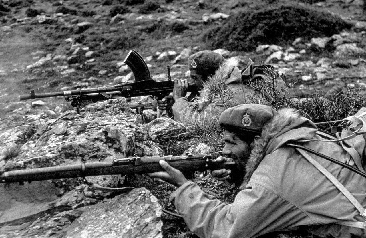 1948. Члены спецназа Национальной Армии под Карпениси. Оснащены британскими военными беретами и американскими куртками