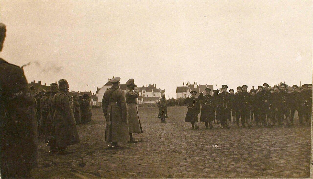 08. Головной батальон частей 6-го Сибирского корпуса проходят церемониальным маршем перед императором Николаем II. Рига. 29 октября 1915