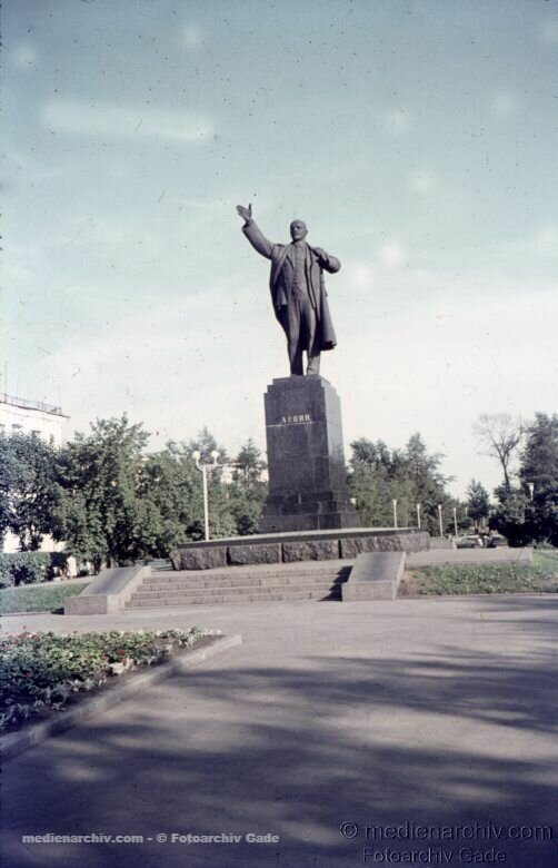 23. Памятник Ленину на углу улиц Ленина и Карла Маркса