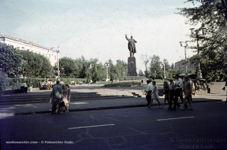 24. Вид на сквер и памятник Ленина со стороны улицы Карла Маркса