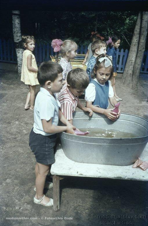 Дети играют в оцинкованной ванне
