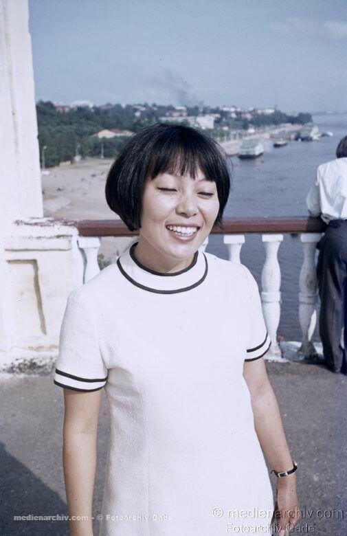 1970. Sowjetunion. Ukraine. Charkow. Lachende junge Frau