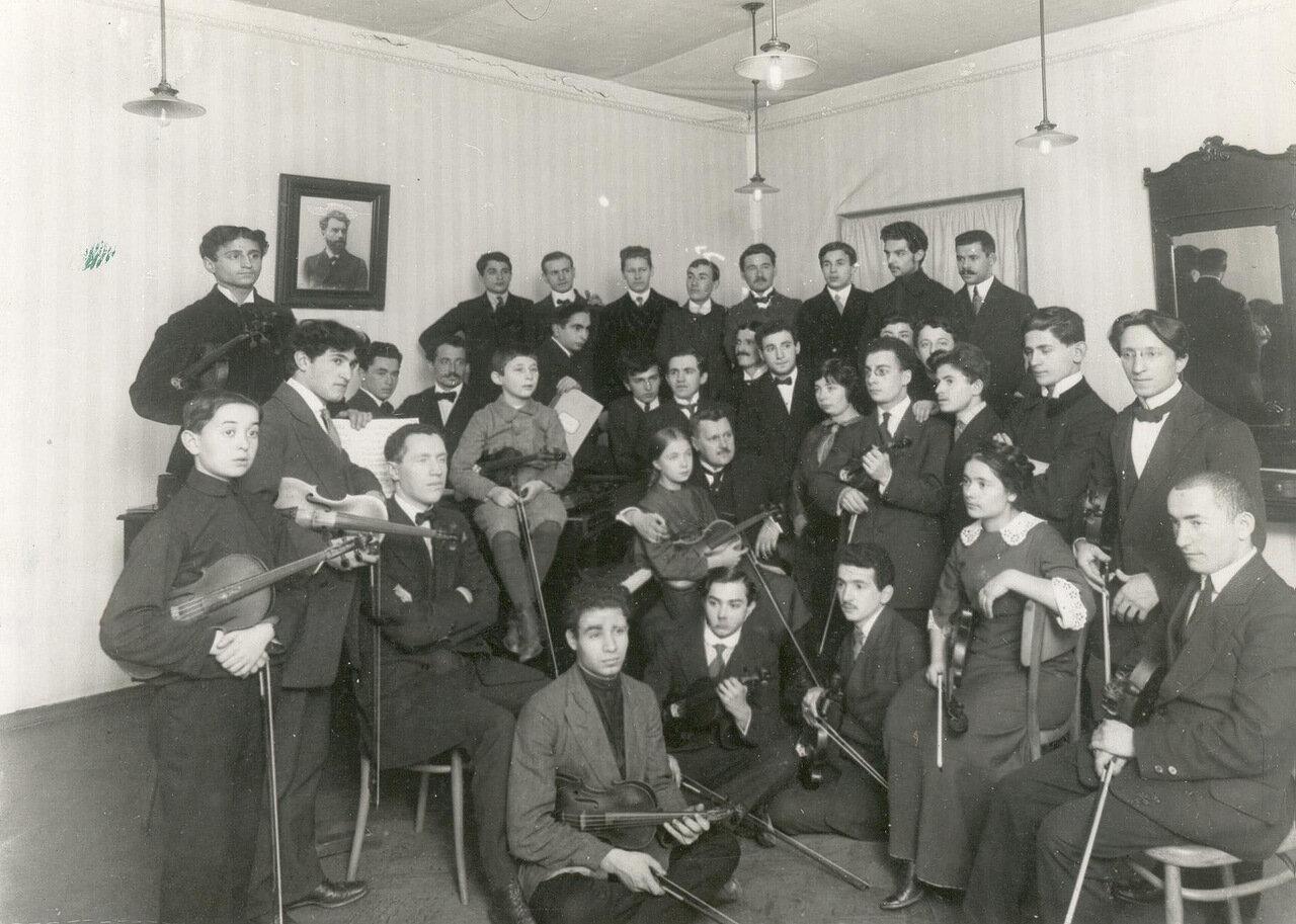38. Группа студентов оркестрового класса