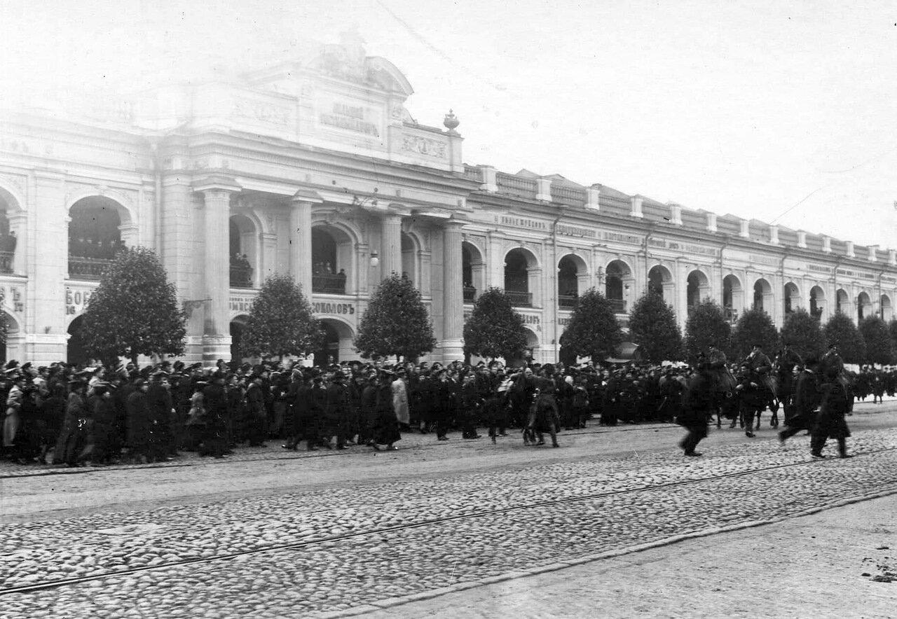 27.Конная полиция разгоняет демонстрантов на Невском проспекте у Гостиного двора