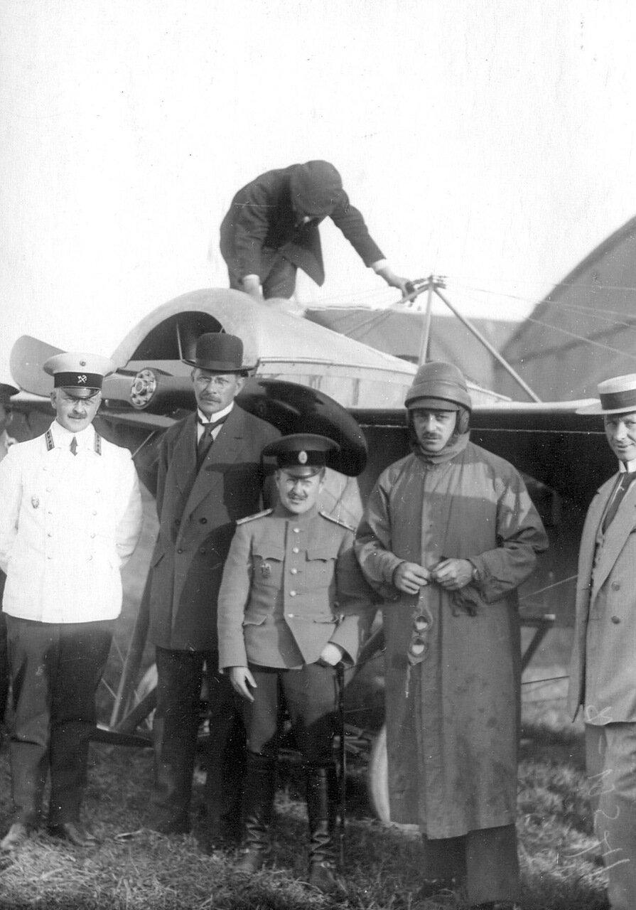 13. Группа участников конкурса на аэродроме (слева направо): инженер Кузнецов, инженер Меллер, военный летчик Самойлов, летчик Габер-Влынский. Сентябрь 1913