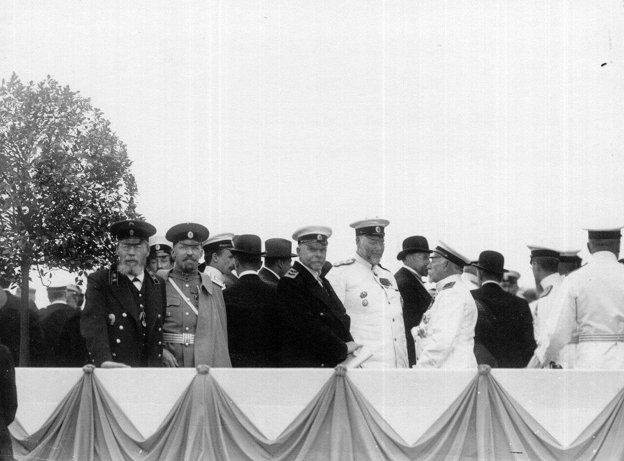 23. Вице-адмирал, морской министр С.А.Воеводский с группой офицеров на набережной в день спуска миноносца Новик