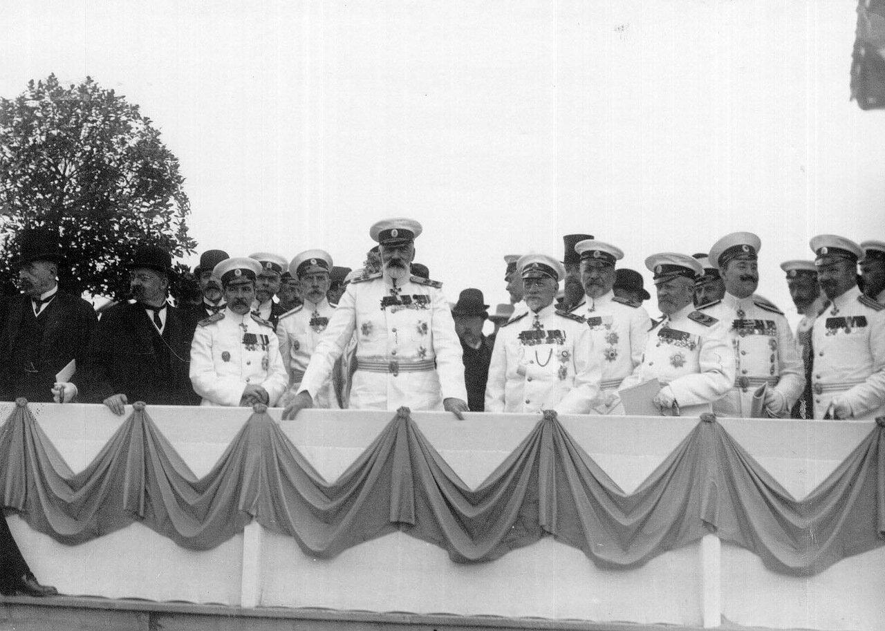 24. Выступление вице-адмирала И.К.Григоровича перед спуском миноносца Новик на воду; среди присутствующих капитан 1 ранга П.П.Муравьев, вице-адмирал Н.О. фон Эссен и другие. 21 июня 1911 г.