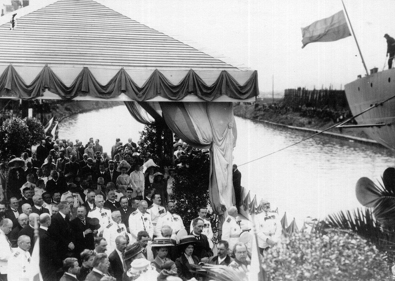 25.Группа офицеров на набережной у Путиловской верфи в момент спуска миноносца Новик