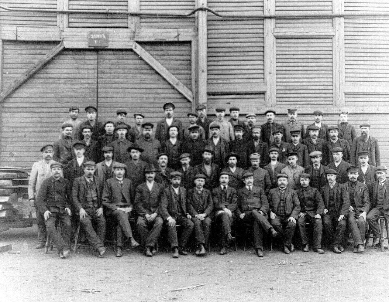 18. Группа рабочих в помещении эллинга № 1. 1911