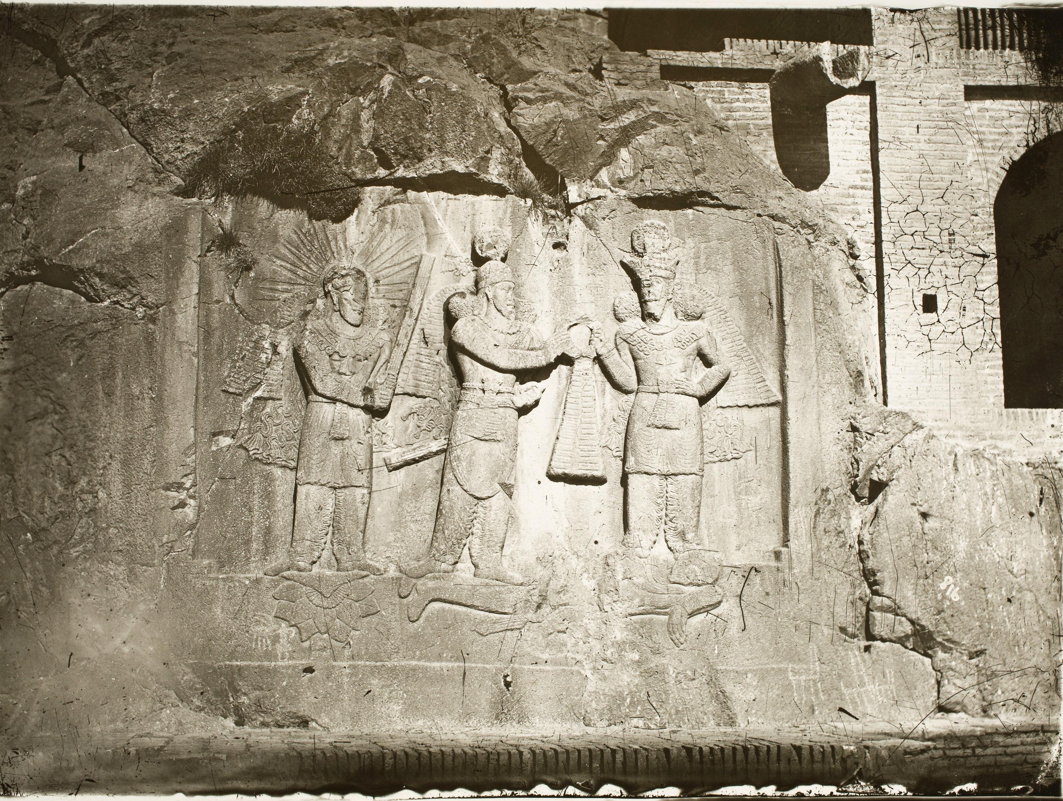 Таге-Бостан. Сасанидские рельефы. Изображение инвеституры Ардашира II
