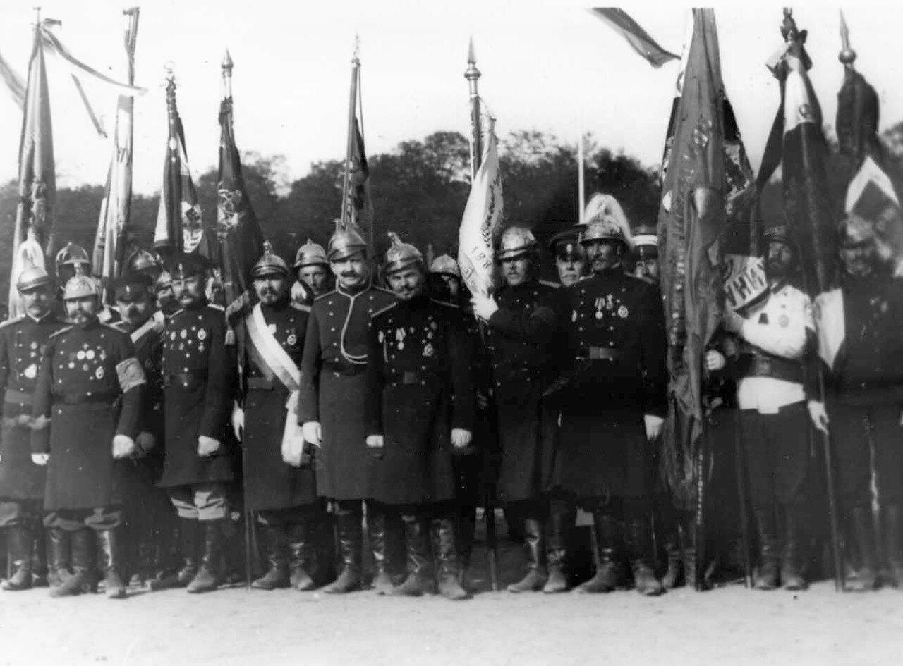 12. Группа представителей пожарных частей города со знаменами на Марсовом поле