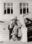Папа, мама и Ольга Блытова на крыльце школы на Советском проспекте, Калининград, сентябрь 1962 г.