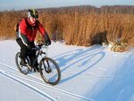 Зима, болото, солнце и тень велосипедиста