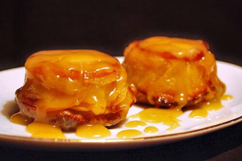 Миндально-яблочные кексы со сливочным соусом