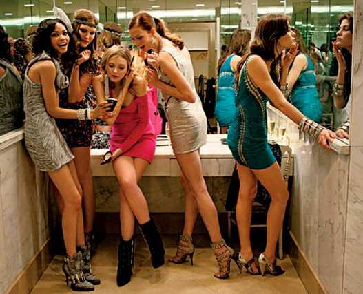 вечеринка с фотомоделями / девушки сплетничают в туалетной комнате