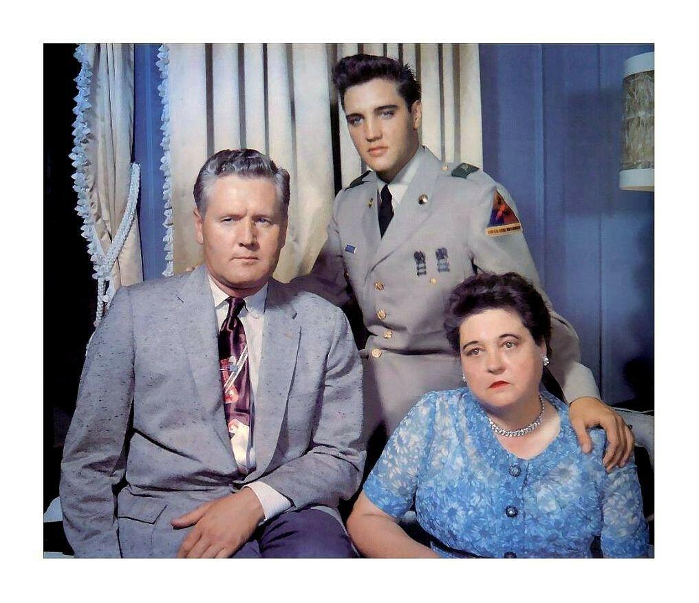 Элвис Пресли с родителями, 1958 год..jpg