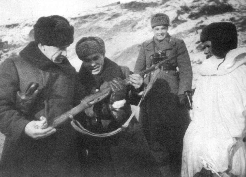 Командующий 62-й армией В.И. Чуйков и член военного совета К.А. Гуров рассматривают винтовку легендарного снайпера В.Г. Зайцева.jpg