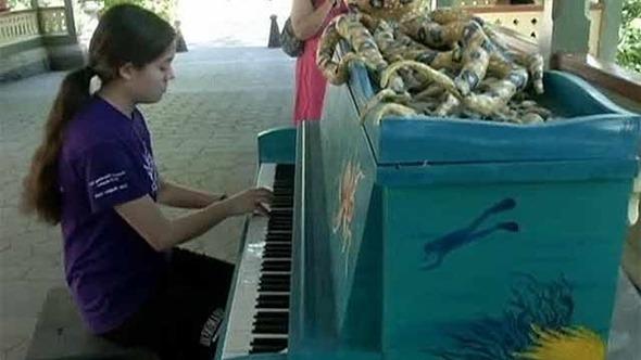 В Нью Йорке на улицах установили рояли и пианино
