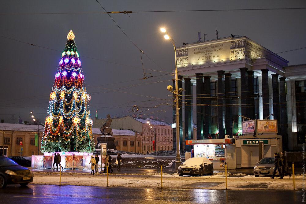 Новогодняя ёлка около библиотеки Ленина