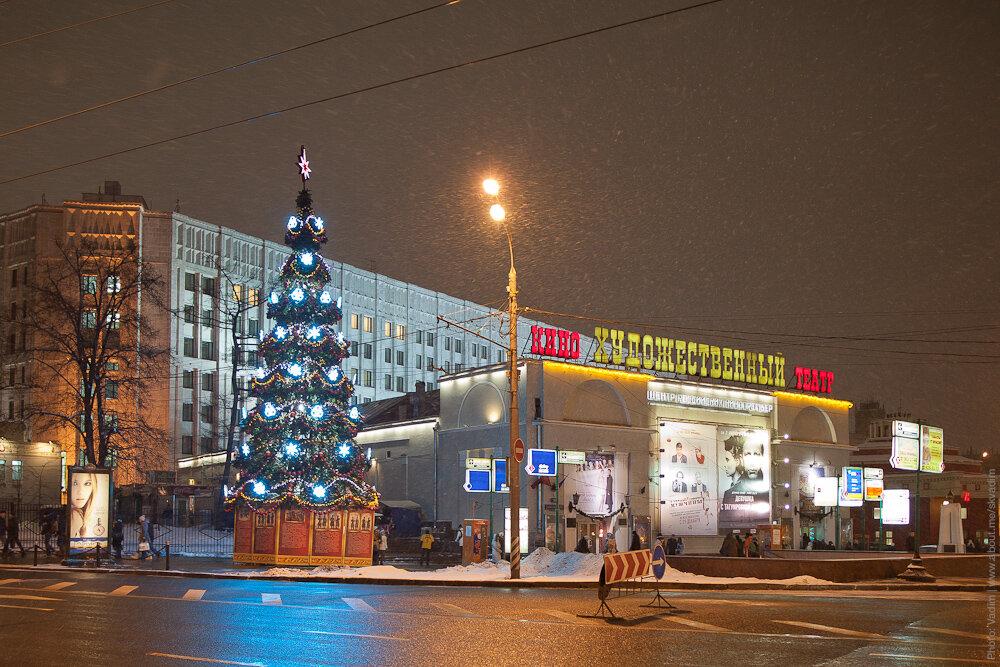 Новогодняя ёлка у кинотеатра «Художественный»