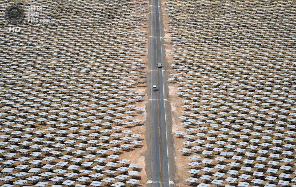 США. Сан-Бернардино, Калифорния. 3 марта. Автомобили мчат по шоссе в окружении молчаливых созерц