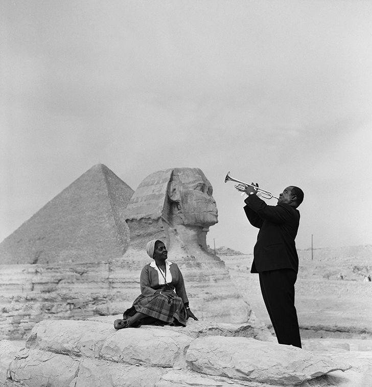 2. Луи Армстронг играет для своей жены в Гизе (1961)
