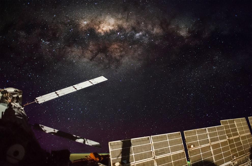 15. Многоместный космический корабль «Союз» и беспилотный грузовик «Прогресс», 14 июня 2012 года.