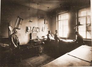 Работники брошюровочного отделения типо-литографии Северо-Западной железной дороги за работой в цехе.