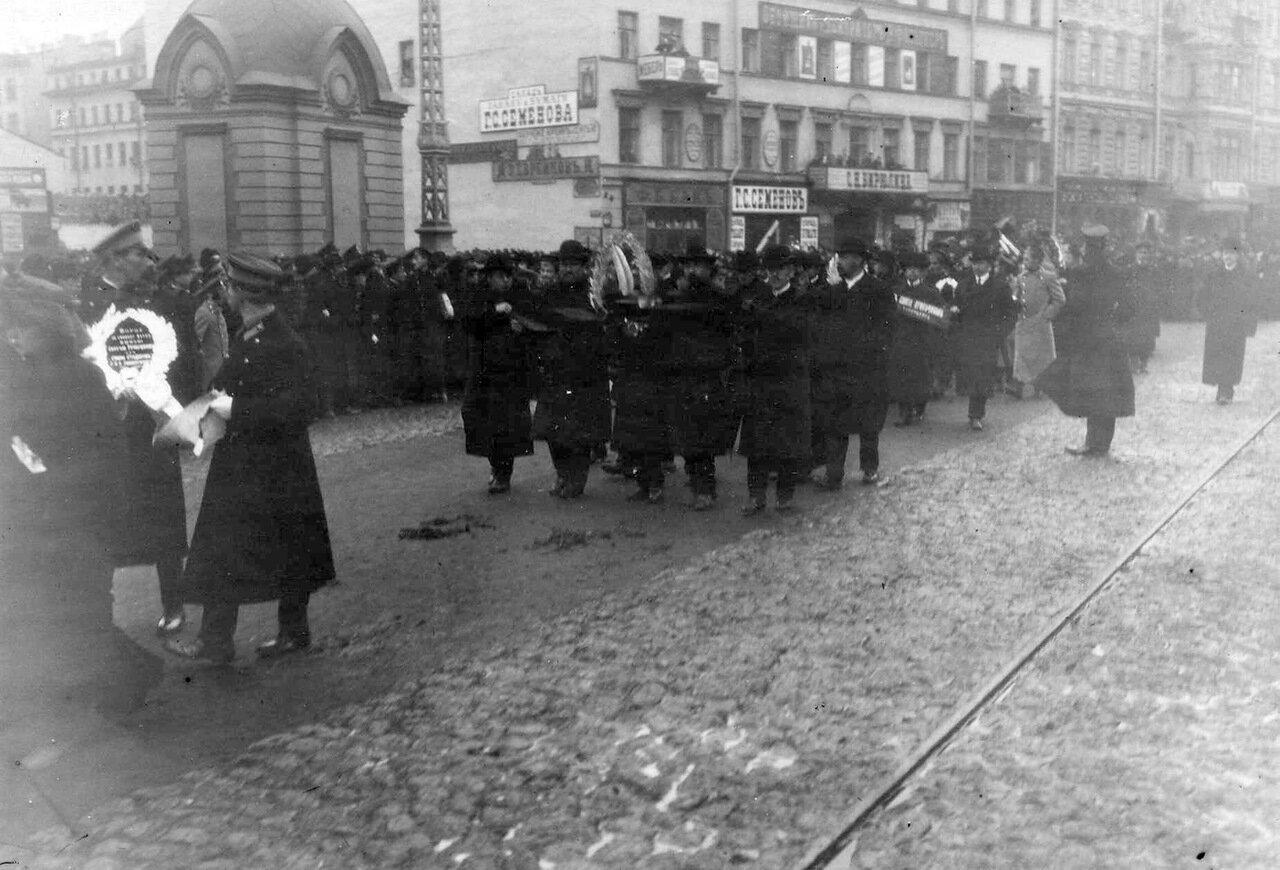 14. Группа демонстрантов с венками проходит по 7-й Рождественской улице