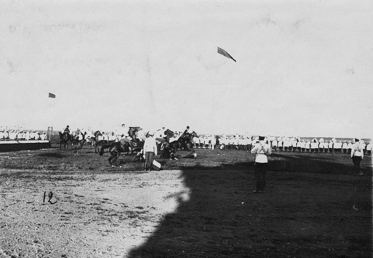 27. Группа участников скачек на дистанции заезда, после взятия препятствия