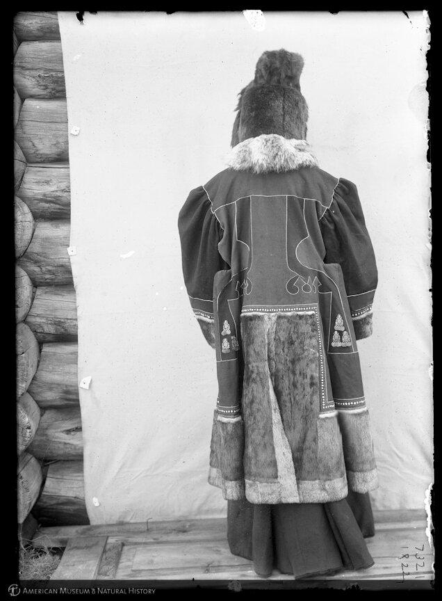 Якутка в праздничной одежде (вид со спины). 1902