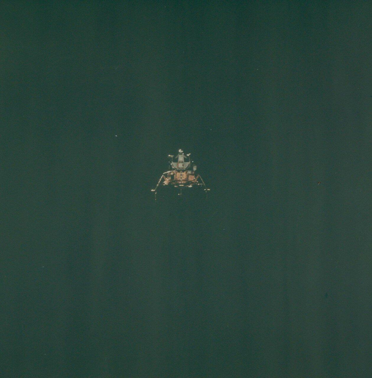 Стыковка командного модуля с лунным модулем, находившимся на последней ступени ракеты-носителя, удалась только с шестой попытки. На снимке: Л.М. отделяется от Командного Модуля