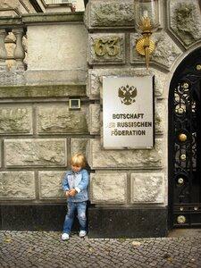Каприз у русского посольства в Берлине. А я в Россию домой хочу.