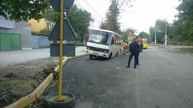 Прокуратуре есть работа: В Одессе автобус провалился под новый асфальт (фотофакт)