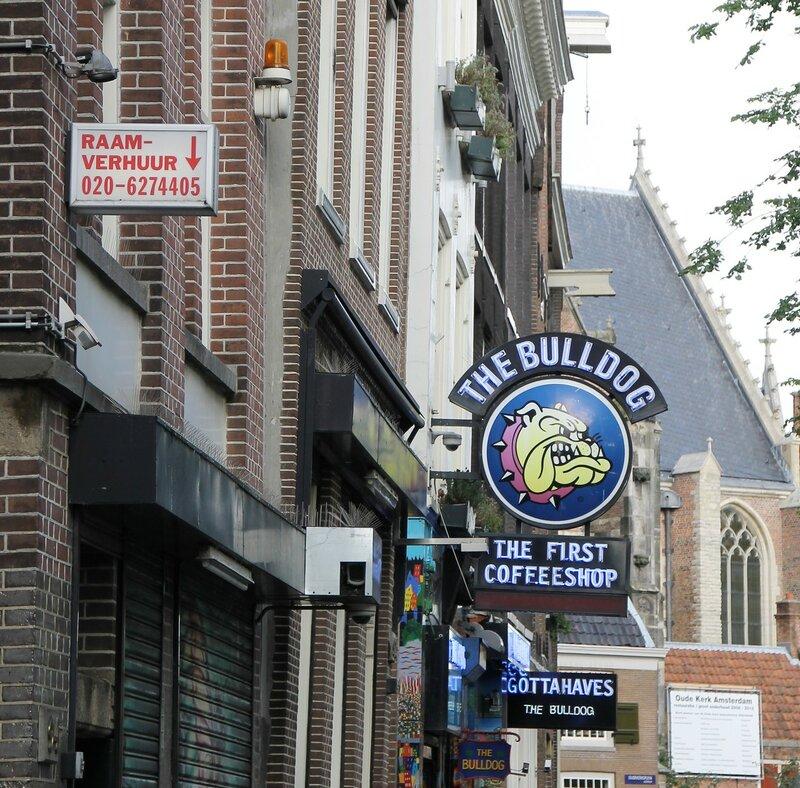 The Bulldog coffeeshop. Амстердам, Де Валлен, район красных фонарей