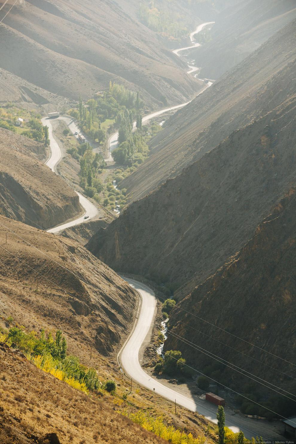 8. Изначально мы планировали засветло добраться до Душанбе, а точнее до Чайханы Рохат. Но мы не