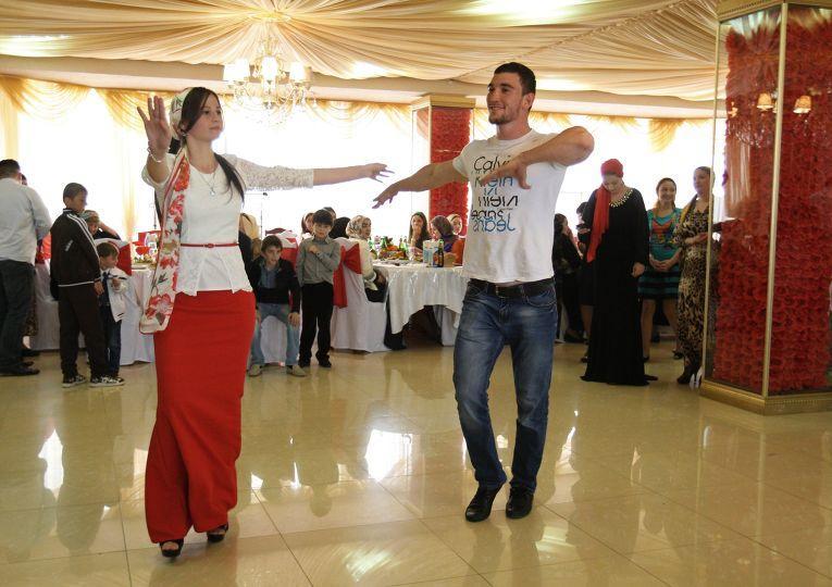 Неотъемлемая часть праздника — застолье и национальные танцы, которые продолжаются все три дня с