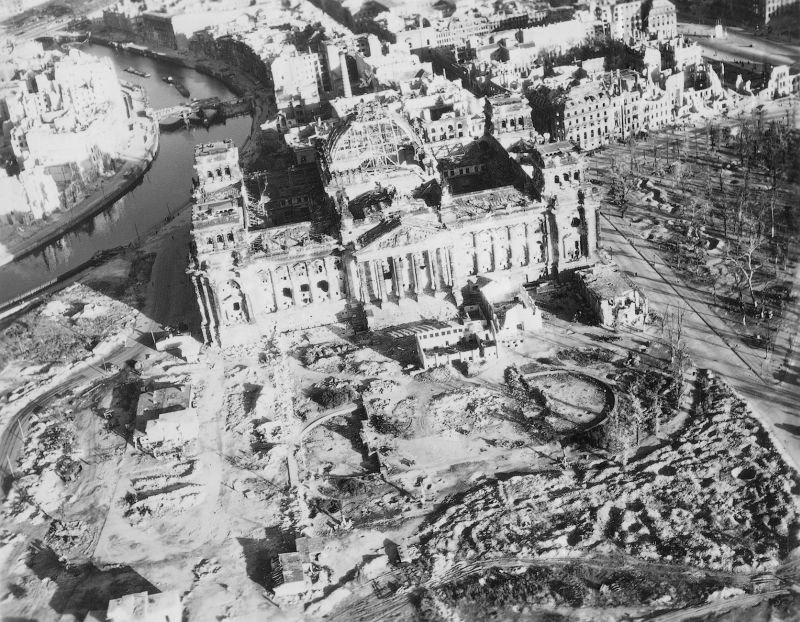 17. Здание Рейхстага, созданное Полом Уоллотом, было возведено в 1884-1894 гг. Сильно пострадало в в