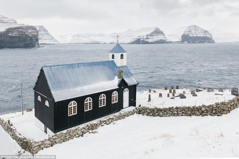Церковь в деревне Kirkja, в которой проживает всего 9 человек.