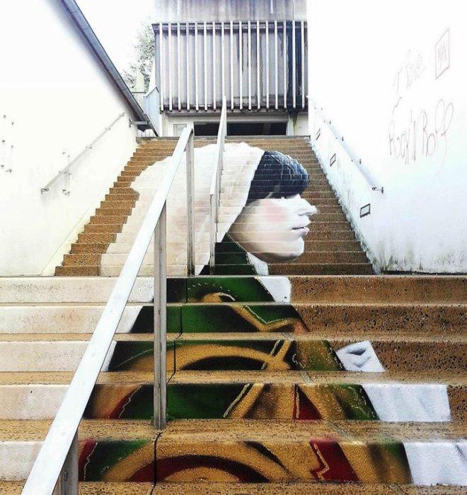 15. Изображение девушки на ступеньках Оригинальный стрит-арт во французском городе Морле.