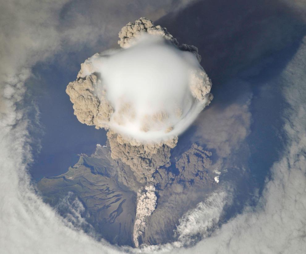 3) Еще более приближенный вид пика вулкана Сарычева, пирокластические потоки (смесь горячего газа, п