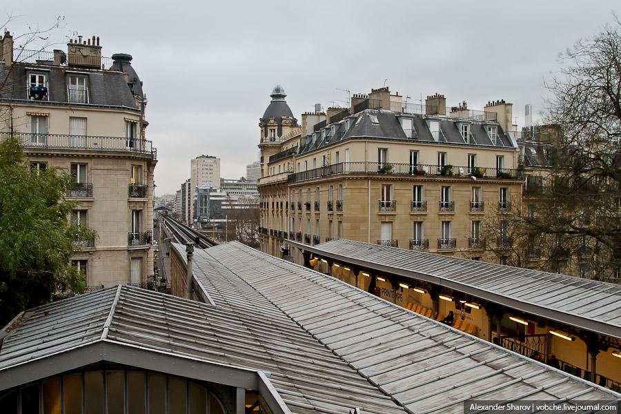 И обратите внимание, что рельсы находятся рядом, а платформы по краям (под землей тоже так)... Поэто
