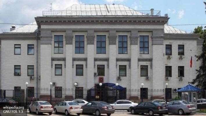 СМИ проинформировали обобстреле фейерверками посольства Российской Федерации вКиеве