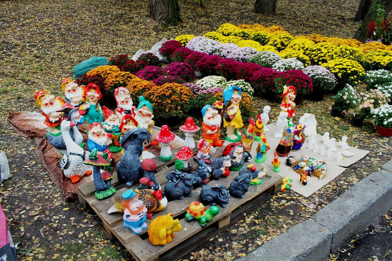 Выставка статуэток на Певческом поле