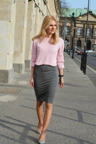 Сочетание серого и нежно-розового цвета в одежде