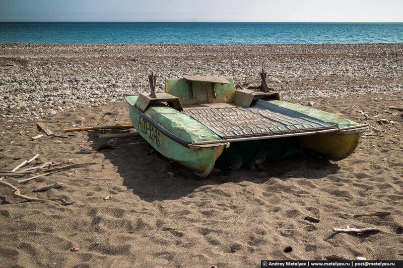 катамаран на пляже в Пицунде