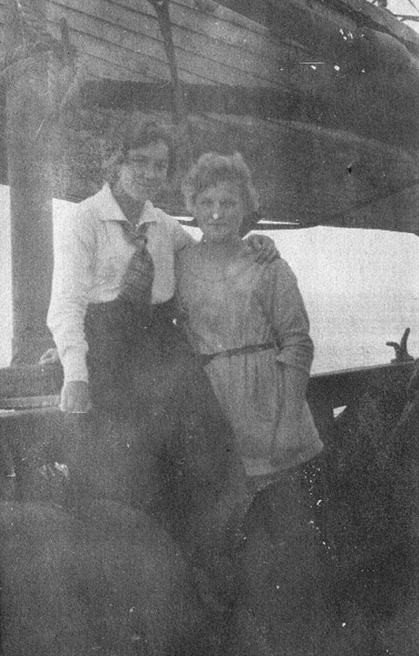 83. «Йомей-Мару». На борту Йомей-Мару около Бреста. Катя Козлова, Антя Лаздан. Снимал японец-шкипер